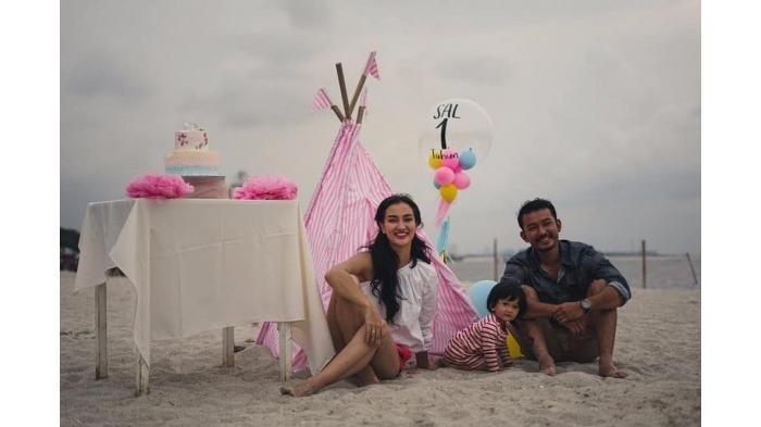 Ini Manfaat Rayakan Ultah Anak di Pantai Seperti yang Dilakukan Rio Dewanto & Atiqah Hasiholan