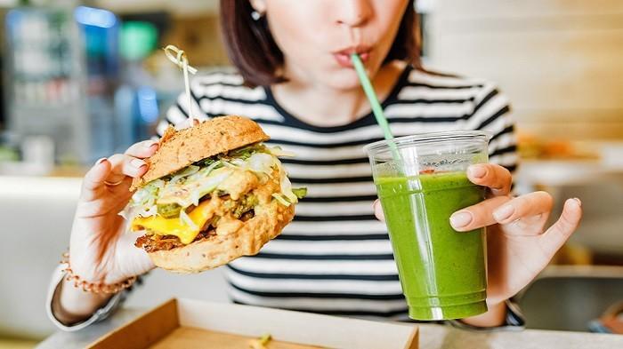 Dianggap Sepele, Kenali Bahaya Makan Sambil Minum
