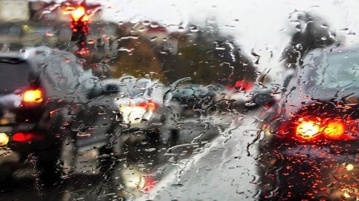 Begini Cara Aman Berkendara di Jalur Perbukitan Saat Kondisi Sedang Hujan