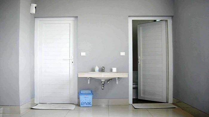 Sering Dijadikan Pilihan, Ini Kelebihan dan Kekurangan Pintu Kamar Mandi Bahan Alumunium