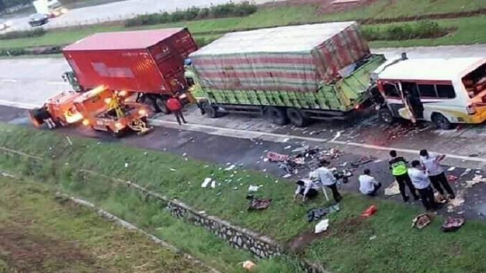 10 Orang Tewas Tabrakan di Tol Cipali, Ingat Bahaya Mengemudi di Belakang Truk