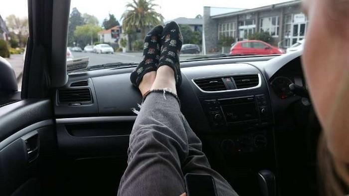 Penumpang Mobil, Jangan Terbiasa Menaruh Kaki ke Dasbor