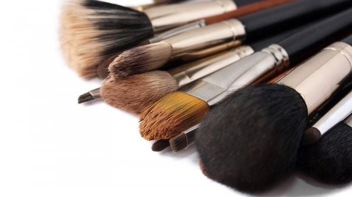 Jangan Sampai Lupa, Ini 3 Bahaya yang Bisa Muncul Kalau Malas Membersihkan Alat Makeup