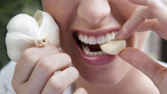 Jangan Panik, Begini Tips Mengusir Bau Mulut Setelah Makan Bawang Putih