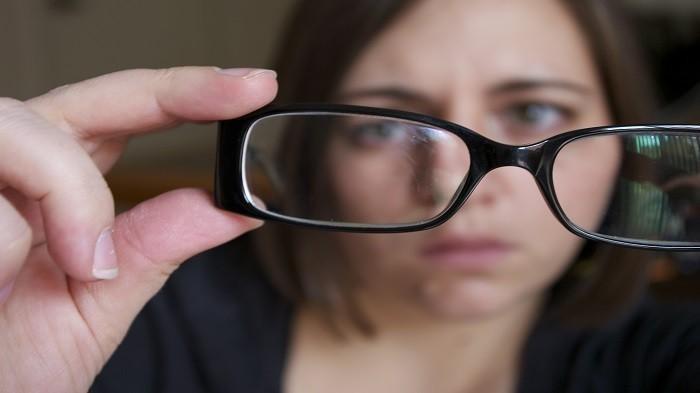 Cuma dengan 4 Benda Ini, Lensa Kacamatamu Bisa Kembali Bersih dari Debu dan Goresan