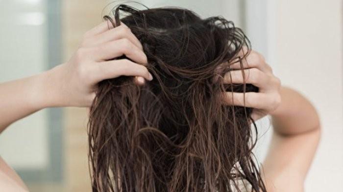 Jangan Lakukan 4 Kebiasaan Sepele Ini saat Rambut Masih Basah