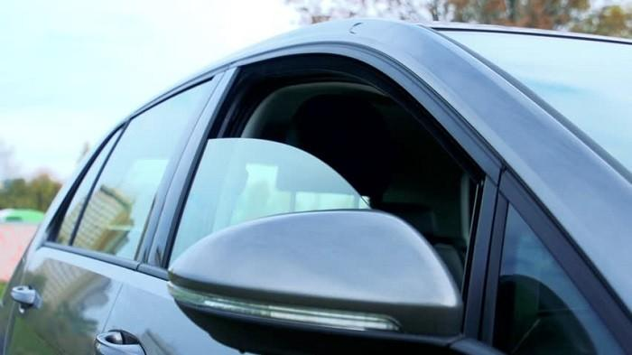 Anggapan yang Selama Ini Keliru Mengenai Saat Parkir Mobil Kaca Harus Wajib Harus Diturunkan Sedikit